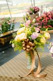 Arregle un ramo de flor fresca hermosa en un florero foto de archivo
