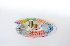 Arreglo artístico de billetes y de monedas euro Imagenes de archivo