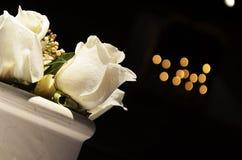 Arreglo blanco de las rosas Fotografía de archivo