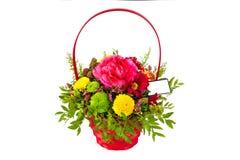 Arreglo brillante de flores en la cesta, fondo aislado Foto de archivo