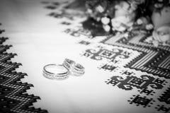 Arreglo con los anillos de bodas Fotografía de archivo libre de regalías