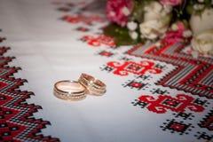 Arreglo con los anillos de bodas Fotos de archivo