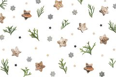 Arreglo creativo con los ornamentos de la Navidad en Backgroun blanco imágenes de archivo libres de regalías