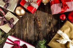 Arreglo creativo de giftboxes envueltos Fotos de archivo libres de regalías