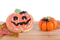 Arreglo de Halloween con la galleta y las calabazas Imagen de archivo