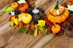 Arreglo de la acción de gracias con las calabazas, las hojas y las rosas amarillas Imágenes de archivo libres de regalías