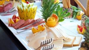 Arreglo de la comida del abastecimiento de la comida fría en la tabla Foto de archivo