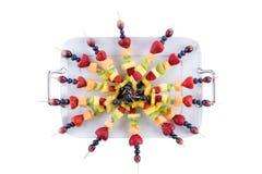 Arreglo de la comida fría de los kebabs sanos de la fruta Fotografía de archivo