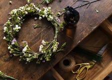 Arreglo de la corona de Making Fresh Flowers del florista Imagen de archivo libre de regalías