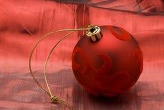 Arreglo de la Navidad. Bola roja del terciopelo. Imagen de archivo