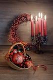 Arreglo de la Navidad con las velas en la tabla de madera Imagen de archivo