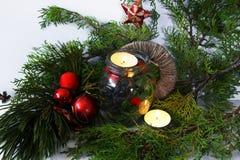 Arreglo de la Navidad con las velas y las ramas del pino Imagen de archivo libre de regalías