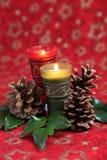 Arreglo de la Navidad con las velas y los conos Fotos de archivo