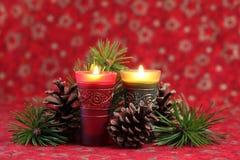 Arreglo de la Navidad con las velas y los conos Foto de archivo libre de regalías