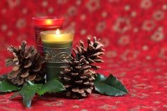 Arreglo de la Navidad con las velas y los conos Imágenes de archivo libres de regalías