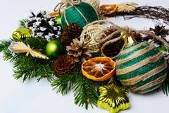 Arreglo de la Navidad con los ornamentos rústicos y sli anaranjado secado Fotografía de archivo libre de regalías