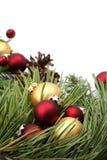 Arreglo de la Navidad con rojo y ornamentos del oro Imagen de archivo