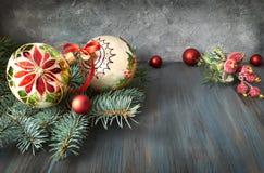 Arreglo de la Navidad en verde, rojo y blanco en la madera rústica Fotos de archivo libres de regalías