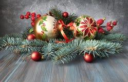 Arreglo de la Navidad en verde, rojo y blanco en la madera rústica Foto de archivo libre de regalías