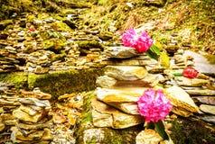 Arreglo de la roca del zen a lo largo de las montañas de la pista de senderismo de Nepal Imagen de archivo libre de regalías