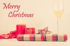 Arreglo de la tarjeta de Navidad con la vela roja Fotos de archivo libres de regalías
