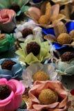 Arreglo de la tentación del sistema de los caramelos en pétalos coloridos de la flor Imágenes de archivo libres de regalías