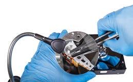 Arreglo de la unidad de disco duro Primer de los diagnósticos Manos en guantes azules foto de archivo libre de regalías