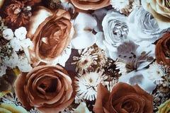 arreglo de las flores marrones blancas en fondo de la tela imagen de archivo libre de regalías