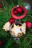 Arreglo de las galletas y de los ornamentos del día de fiesta Fotografía de archivo libre de regalías