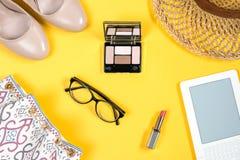 Arreglo de los accesorios esenciales del verano de la mujer en fondo amarillo brillante Fotos de archivo libres de regalías