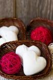 Arreglo de los corazones del pan de jengibre en una cesta de mimbre Fotos de archivo libres de regalías