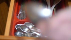 Arreglo de los cubiertos Bifurcaciones, cucharas, cuchillos almacen de video