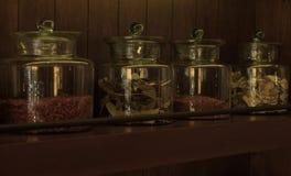 Arreglo de los productos alimenticios secos en estantes de madera oscuros Fotos de archivo libres de regalías