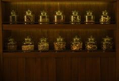 Arreglo de los productos alimenticios secos en estantes de madera oscuros Fotografía de archivo libre de regalías