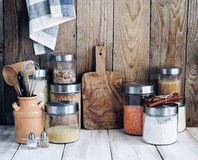 Arreglo de los productos alimenticios y de los utensilios secos de la cocina Fotografía de archivo