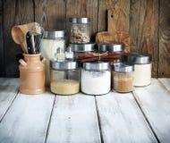 Arreglo de los productos alimenticios y de los utensilios secos de la cocina Imagenes de archivo
