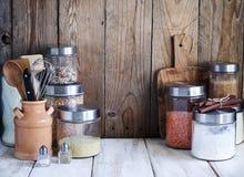 Arreglo de los productos alimenticios y de los utensilios secos de la cocina Fotos de archivo libres de regalías