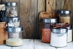 Arreglo de los productos alimenticios y de los utensilios secos de la cocina Imágenes de archivo libres de regalías