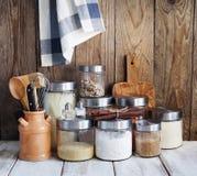 Arreglo de los productos alimenticios y de los utensilios secos de la cocina Imagen de archivo