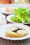 Arreglo de los productos lácteos y de la lechuga en una tabla Imagenes de archivo