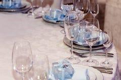 Arreglo de lujo de la boda de las placas de vidrios elegantes en servilletas Fotos de archivo libres de regalías
