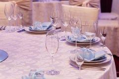 Arreglo de lujo de la boda de las placas de vidrios elegantes en servilletas Imagenes de archivo