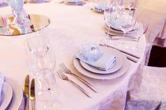 Arreglo de lujo de la boda de las placas de vidrios elegantes en servilletas Fotografía de archivo