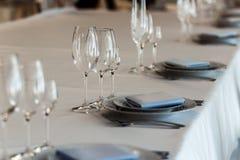 Arreglo de lujo de la boda de las placas de vidrios elegantes en servilletas Fotos de archivo
