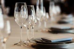 Arreglo de lujo de la boda de las placas de vidrios elegantes en servilletas Foto de archivo libre de regalías