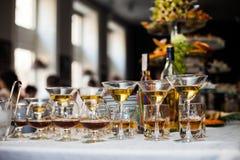 Arreglo de lujo de la tabla de la boda del alcohol: coñac, vino y scotc Fotos de archivo