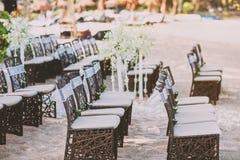 Arreglo de madera de las sillas de la boda de playa para casarse el lugar en la arena Imagen de archivo