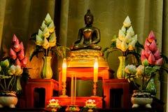 Arreglo de ofrendas en la fe del ` s del budismo Imagen de archivo