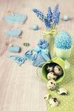 Arreglo de Pascua con el jacinto y las decoraciones verdes, balneario del texto Imagenes de archivo