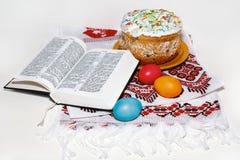 Arreglo de Pascua con la biblia rusa Imágenes de archivo libres de regalías